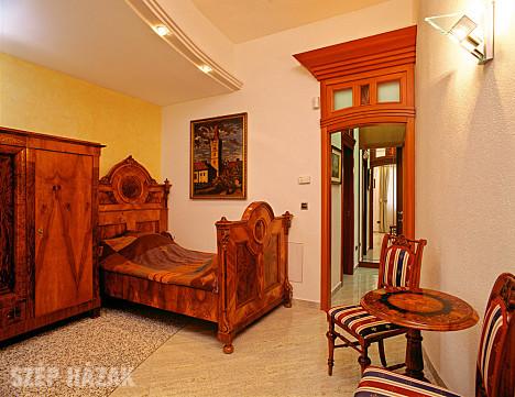 A kontraszt révén gyakran meglepően jó megoldás és látványos végeredmény  születik az antik és a modern bútorok párosításából. 85a8a64863